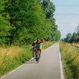 Wegfietsers langs de het cirkelen steeg langs Naviglio Pavese, van Pavia tot Milaan in de lente royalty-vrije stock foto's