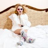 weggeblazen 3d voert in het echt uit: het beeld van verbaasde mooie blonde jonge vrouw die pret het letten hebben op filmt of fil Royalty-vrije Stock Fotografie