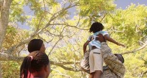 Weggegaan terugkerend de militairmens die zijn vrouw en kinderen ontmoeten stock video