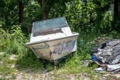 Weggeworfenes Boot und Schindeln Lizenzfreie Stockfotos