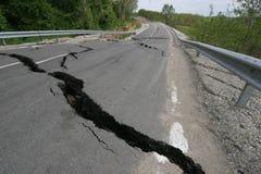 Weginstortingen met reusachtige barsten De internationale weg stortte neer na slechte bouw in Beschadigde Wegweg De weg van het a royalty-vrije stock foto