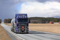 Weglandschap met Blauwe Scania-Tankwagen Stock Foto's