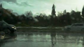 Wegmening door autowindscherm met regendalingen stock videobeelden