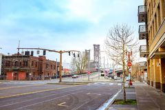 Wegmening van Staalbrug dichtbij de Willamette-rivier in Portland Royalty-vrije Stock Fotografie