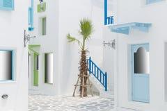 Wegmethode zwischen weißem Gebäude Stockbild