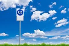 Wegmethodenzeichen gegen blauen Himmel Stockfotografie