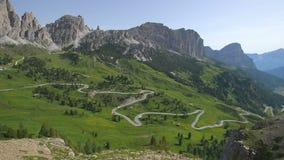 Wegreis in Alpen stock video