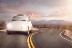 Wegreis in een uitstekende auto royalty-vrije stock foto's