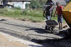 Wegreparatie in de stad van Balabanovo, Kaluga-gebied (Rusland) op 2 Juni 2015 Stock Fotografie