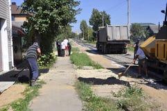 Wegreparatie in de stad van Balabanovo, Kaluga-gebied (Rusland) op 2 Juni 2015 Royalty-vrije Stock Foto's