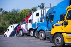 Wegrestaurant met semi vrachtwagens diverse modellen die zich in rij bevinden stock foto