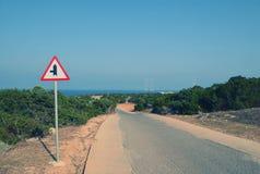 Wegrichtingaanwijzer op de weg aan het overzees in Cyprus, kaap Greco stock afbeeldingen