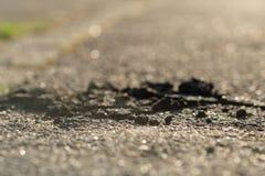 Wegschade met gebroken teer stock foto's