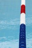 Wegteiler, Poolmarkierungslinien Blaues Trinkwasser lizenzfreie stockbilder