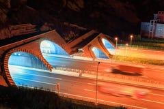 Wegtunnel bij nacht royalty-vrije stock afbeeldingen