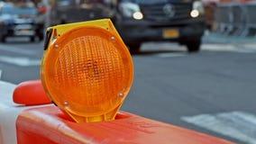 Wegversperring of bouwwerfslot met signaal op een weg Rode en Witte Straatbarricade stock videobeelden