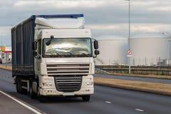 Wegvervoer, vrachtwagen in motie royalty-vrije stock foto's