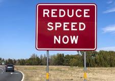 Wegwaarschuwingsbord - verminder nu Snelheid Stock Foto's