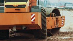Wegwals die achter elkaar aan wegbouwwerf werken Het voorbereiden van de bouwgebied stock videobeelden