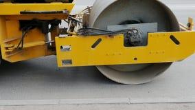 Wegwals, machines voor asfalt in motie Een materiaal wordt gebruikt om asfalt op de straat automatisch toe te passen die Reusacht stock videobeelden