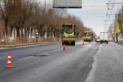 Wegwalsen die de nieuwe asfaltweg in de stad aanleggen Royalty-vrije Stock Foto's