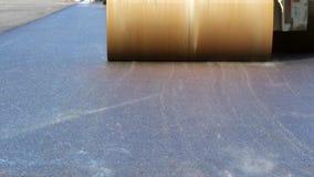 Wegwalsen die verse asfaltbestrating nivelleren stock video