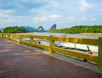 Wegweise des roten Backsteins mit szenischem Ufergegendbergblick in Krabi, Thailand lizenzfreie stockbilder