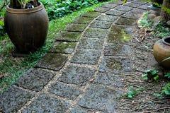 Wegweise gemacht vom roten porösen Stein im gardent Stockbild