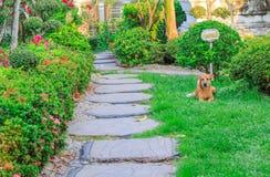 Wegweise im Garten- und Schutzhund Lizenzfreie Stockfotos