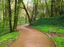 Wegweise im grünen Stadtpark im Frühjahr Lizenzfreie Stockfotografie