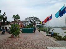 Wegweise neben dem Mekong stockbilder