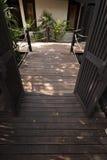 Wegweise und -natur im Garten Lizenzfreies Stockfoto