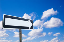 Wegweiser auf blauem Himmel Lizenzfreies Stockbild