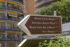 Wegweiser auf einem Beitrag in Monte Carlo Monaco Lizenzfreies Stockfoto