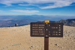 Wegweiser auf Gipfel von Mt Baldy nahe Los Angeles stockfotos