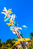 Wegweiser auf Strand in Tulum, Mexiko Stockbilder