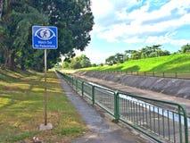 Wegweiser, damit Radfahrer heraus für Fußgänger aufpassen Stockbilder