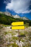 Wegweiser, der auf Weg zum hohen Berg steht Lizenzfreie Stockfotografie