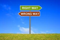 Wegweiser, der nach rechts darstellen oder falsche Weise Lizenzfreie Stockbilder