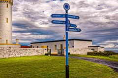 Wegweiser an der schottischen Küste von Mull von Galloway neben dem populären Leuchtturm stockfoto
