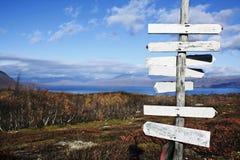 Wegweiser innen die Wildnis von Lappland Stockbild