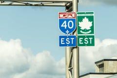 Wegweiser mit grünem Zeichen der Landstraßen-Ostrichtung Transportes Kanada, welche die Ost- und Westküste anschließt stockfotos