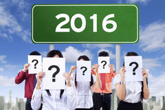 Wegweiser mit Nr. 2016 und unbekannten Leuten Stockbild