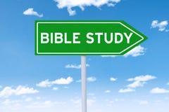 Wegweiser mit Text der Bibelstudie Stockbild