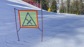 Wegweiser mit Warnung auf Ski Piste Stockfoto