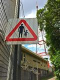 Wegweiser neben einer hügeligen Straße in Singapur Lizenzfreies Stockbild