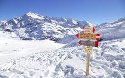 Wegweiser am Skiort in den italienischen Alpen, Valfurva, Bormio, Scanta Catarina Stockbilder