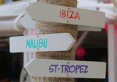 Wegweiser am Strand, der populäre touristische Reiseziele anzeigt stockfotografie