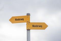Wegweiser von Schweizer Alpen Stockbilder
