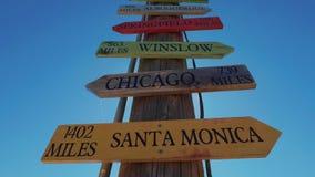 Wegweiser zu den berühmten Städten bei Route 66 stock footage